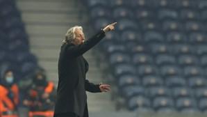 "Jorge Jesus confessa-se ""impotente"" após Vlachodimos e Everton testarem positivo à Covid-19"