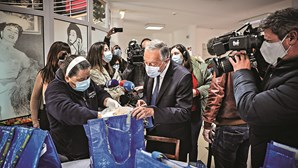 Marcelo em mercearia social na primeira ação de campanha