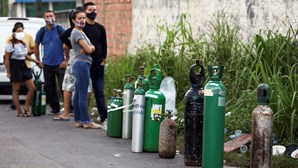 Famílias com doentes infetados com Covid-19 fazem filas para comprar botijas de oxigénio no Brasil. Veja as imagens