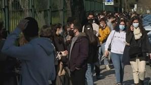 """""""É vergonhoso"""": eleitores em longas filas esperam horas para votar em vários pontos do País. Veja as imagens"""