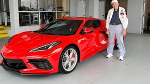 Prenda de sonho: faz 90 anos e compra Corvette C8