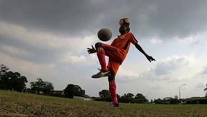 Equilibrar bola na cabeça e dar 111 toques com o pé num minuto vale Guinness a rapaz de 12 anos
