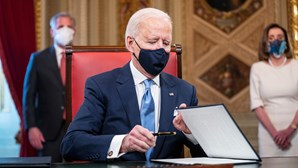 Administração de Biden demite vários funcionários da Voz da América