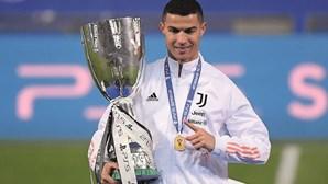 Cristiano Ronaldo chega aos 33 troféus com conquista da Supertaça de Itália