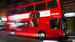 Autocarros londrinos transformados em ambulâncias na luta contra a Covid-19