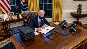 Biden aprova medidas para combater a Covid-19