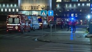 Ambulâncias fazem fila à porta do Hospital Santa Maria, em Lisboa, durante horas. Veja as imagens