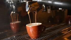 Dono de café abre traseiras do estabelecimento e vende cafés a 12 clientes sem máscara em Espinho