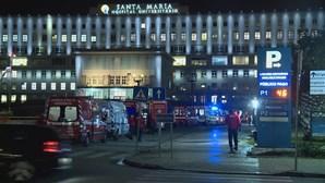 Ambulâncias fazem fila à porta do Hospital Santa Maria, em Lisboa, durante horas