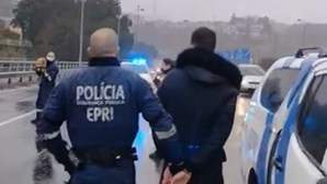 O momento da detenção dos jovens que fugiram à PSP no Porto e quase atropelaram agentes. Veja as imagens