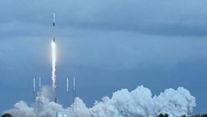 Agência SpaceX envia recorde de 143 satélites e cinzas humanas num único foguete