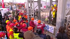 Equipas de socorro continuam trabalho de resgate de mineiros presos na China