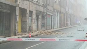 Parte de fachada de prédio em obras cai no centro do Porto