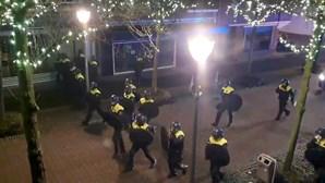 Confrontos nos Países Baixos contra confinamento podem alastrar a outros países, alerta especialista