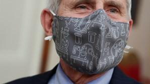 Utilização de duas máscaras pode ajudar a conter propagação da Covid-19, defende especialista Anthony Fauci