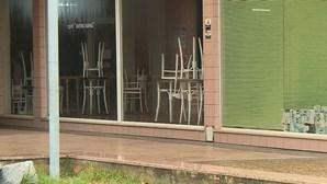 Clientes apanhados a violar confinamento em café de Braga escondem-se na casa de banho para fugir à polícia