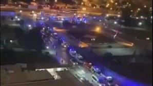 Longa fila de ambulâncias à porta das urgências do Hospital de Santa Maria em Lisboa