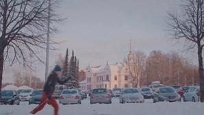 A rua está cheia de neve? Esqueça o carro e vá de ski