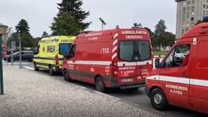 23 ambulâncias fazem fila à porta do Hospital de Santa Maria em Lisboa há mais de 12 horas. Veja as imagens