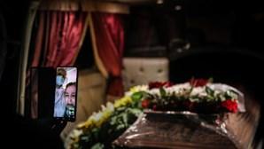 Lágrimas e distância no último adeus: As histórias de quem convive com a morte em tempos de pandemia