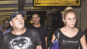 'Ex' acusada de usar cartão de crédito de Maradona