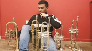 """""""Vendi o trompete para comer"""": Luis foi premiado nos Global Music Awards depois de ter sido sem-abrigo"""