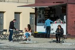 População sai à rua para aproveitar o sol em Sines