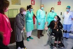 Rosária Freixo foi a primeira utente de uma unidade de continuados em Mora a ser vacinada