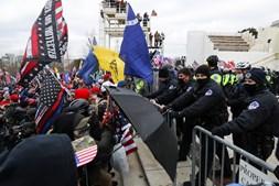 Apoiantes de Trump invadem congresso dos EUA e impedem validação do resultado das eleições
