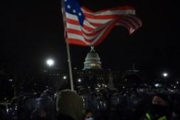 Capitólio durante a noite após a invasão de apoiantes de Trump