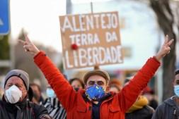 Manifestantes antifascista aguardam com palavras de ordem a chegada do candidato às eleições presidenciais de 2021, André Ventura (