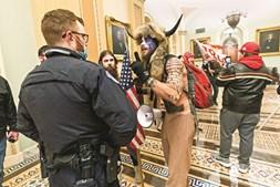 O homem do gorro de chifres, ou 'Xamã do QAnon', foi detido e acusado