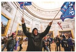 Os invasores exibiram símbolos diversos de grupos extremistas