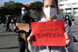 Alunos de dança fazem greve para protestar por melhores condições. Veja as imagens