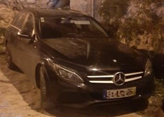 Carro Mercedes roubado foi encontrado na Quinta do Loureiro, em Lisboa