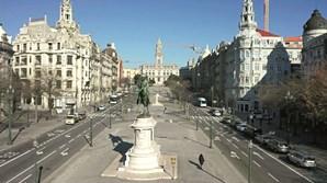 Porto. Avenida dos Aliados, epicentro da baixa portuense, com muito pouco trânsito e praticamente despida de gente na manhã de ontem