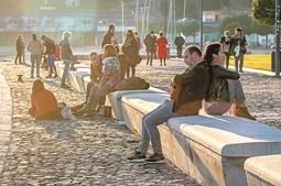 Setúbal. muitos juntaram-se junto ao rio sado para apanhar sol, ignorando o recolhimento.