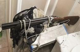 Caçadeira foi montada em escadote e presa com cordas