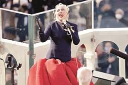 Lady Gaga cantou de forma emocionada o hino americano antes da tomada de posse do novo presidente