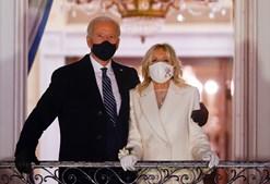 Joe Biden e a mulher, Jill Biden, assistem ao fogo de artifício na varanda da Casa Branca