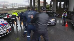 Condutor sem carta foge à fiscalização da PSP no Porto e quase atropela polícias
