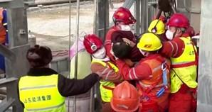 Resgatados com vida 11 dos 22 mineiros presos numa mina na China há duas semanas