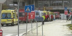Fila de ambulâncias espera para deixar doentes no Hospital de Santa Maria em Lisboa