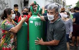 Enquanto uns morrem asfixiados nos hospitais do Brasil, outros vencem no negócio do oxigénio