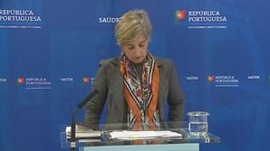 Ministra da Saúde acaba conferência de imprensa e solta reflexo que ajuda ao bom funcionamento dos pulmões.