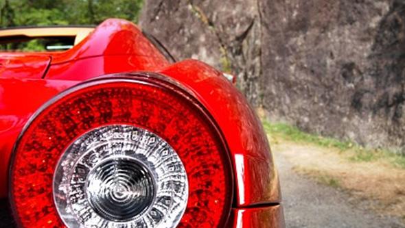 Homem vê Ferrari apreendido pela polícia ao ser apanhado a 232 km/hora