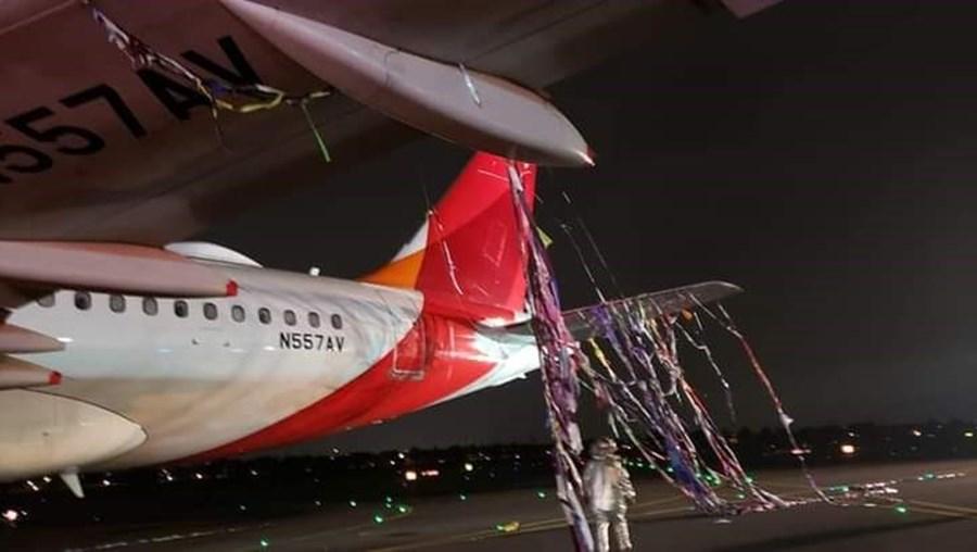Avião embate com balão ao aterrar no aeroporto El Dorado em Bogotá
