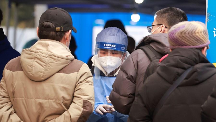 Profissional de saúde num centro de testes à Covid-19 num hospital na China