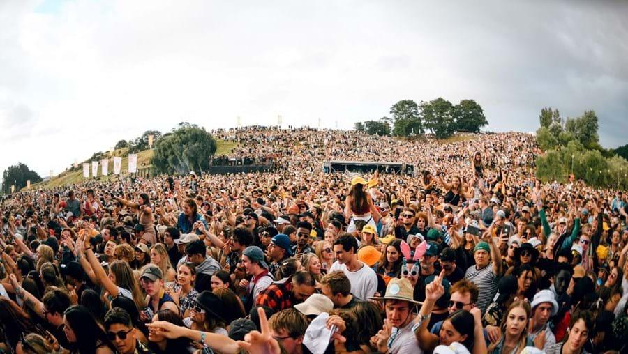 Festival de música junta 20 mil pessoas sem máscaras na Nova Zelândia