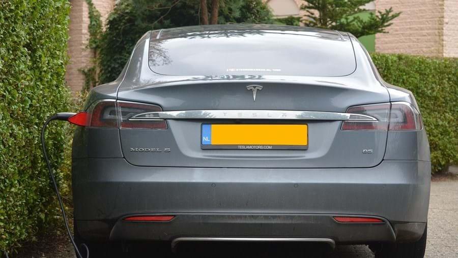Andam a roubar os cabos de carregamento dos Tesla